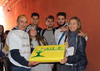 Volontari con la torta AILE